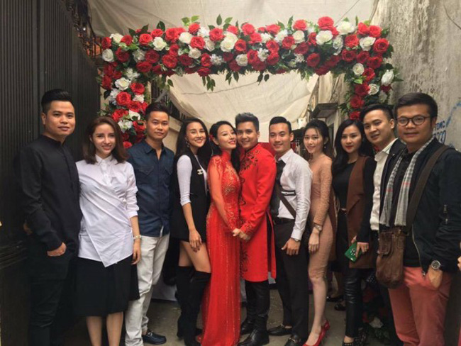 Ngoài những hình ảnh lãng mạn của cô dâu - chú rể, sự xuất hiện của dàn khách mời toàn gương mặt nổi tiếng cũng được dân mạng quan tâm.