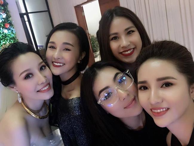 Trong đó, hội chị em bạn dì của cô dâu khiến thu hút sự chú ý đặc biệt bởi nhan sắc ấn tượng. Được biết, cô dâu Hà Kim có 4 người bạn gái thân thiết xinh đẹp, gợi cảm không kém hot girl.