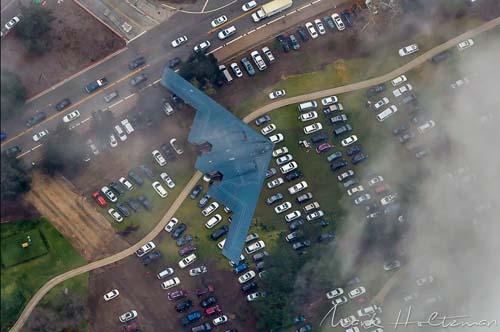 Máy bay ném bom lớn nhất thế giới trổ tài lượn sát đất - 1