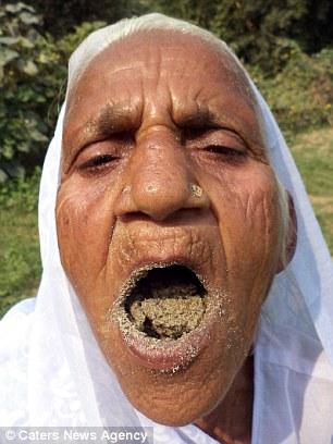 Cụ bà Ấn Độ 78 tuổi ăn 2kg cát mỗi ngày để khỏe mạnh - 1