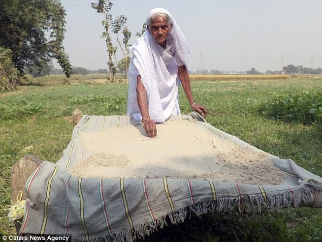 Cụ bà Ấn Độ 78 tuổi ăn 2kg cát mỗi ngày để khỏe mạnh - 2