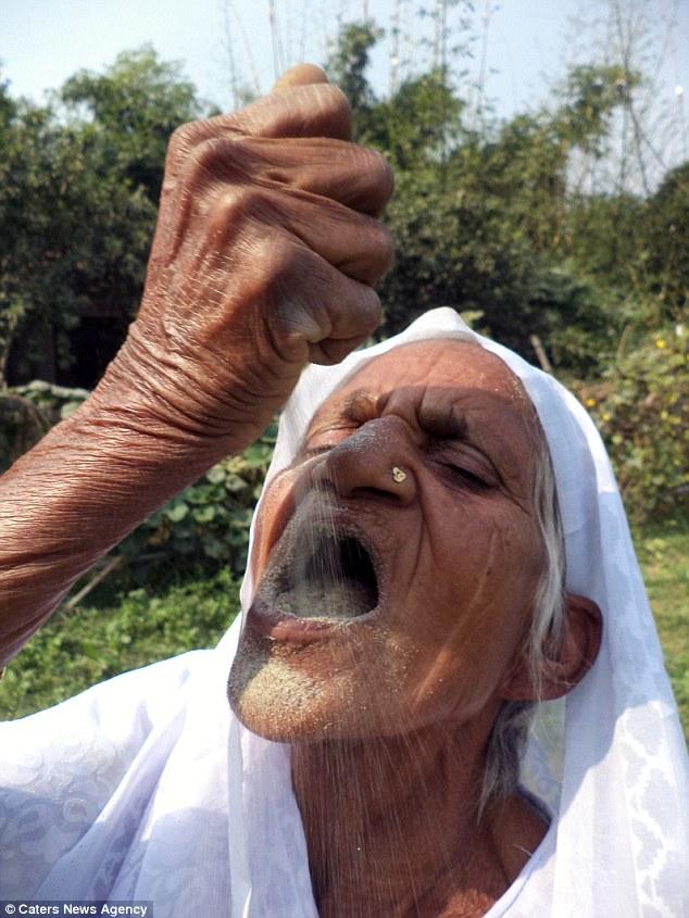 Cụ bà Ấn Độ 78 tuổi ăn 2kg cát mỗi ngày để khỏe mạnh - 4