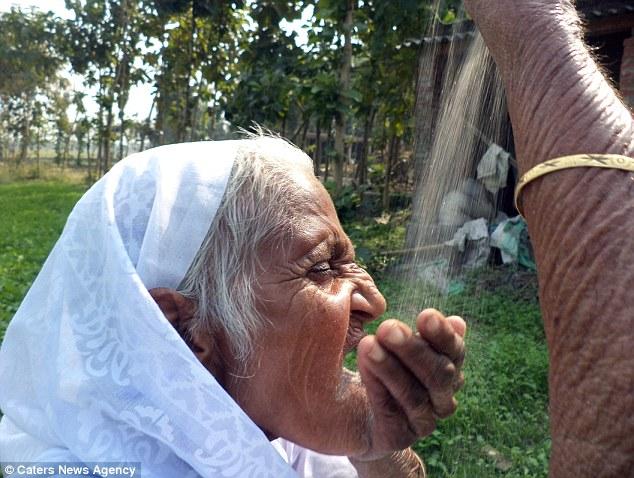 Cụ bà Ấn Độ 78 tuổi ăn 2kg cát mỗi ngày để khỏe mạnh - 3