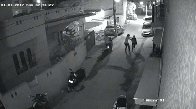 Sốc với video quấy rối tình dục giữa phố ở Ấn Độ - 1