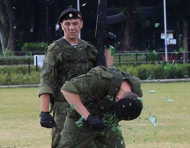 Lính Nga trình diễn khả năng chịu đựng ghê người ở Philippines - 2