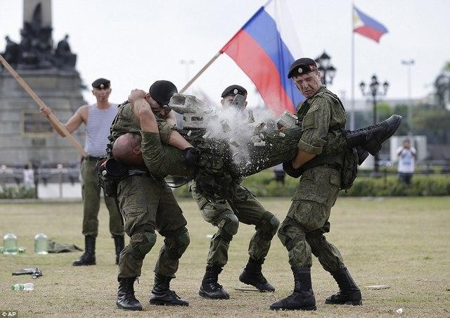 Lính Nga trình diễn khả năng chịu đựng ghê người ở Philippines - 1