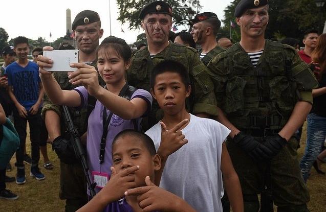 Lính Nga trình diễn khả năng chịu đựng ghê người ở Philippines - 5