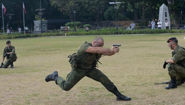 Lính Nga trình diễn khả năng chịu đựng ghê người ở Philippines - 4