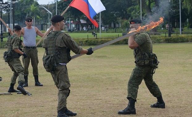 Lính Nga trình diễn khả năng chịu đựng ghê người ở Philippines - 3