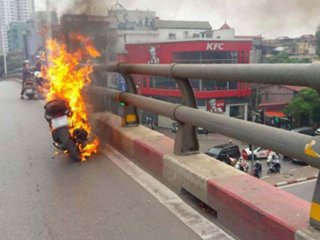 Đang chạy, xe máy bốc cháy đùng đùng trên cầu vượt
