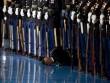 """Lý do binh sĩ Mỹ """"bỏ mặc"""" đồng đội ngất xỉu trước Obama"""