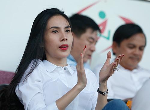 Chủ tịch Công Vinh đón fan nữ xinh đẹp nhất lên ghế VIP - 6