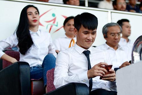 Chủ tịch Công Vinh đón fan nữ xinh đẹp nhất lên ghế VIP - 8