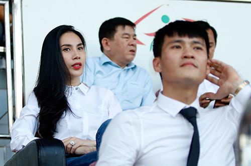 Chủ tịch Công Vinh đón fan nữ xinh đẹp nhất lên ghế VIP - 9