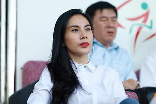Chủ tịch Công Vinh đón fan nữ xinh đẹp nhất lên ghế VIP - 10