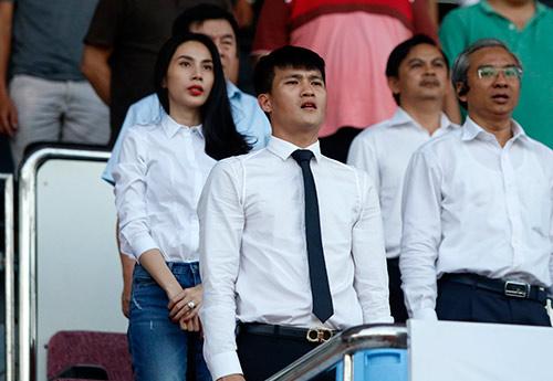 Chủ tịch Công Vinh đón fan nữ xinh đẹp nhất lên ghế VIP - 13