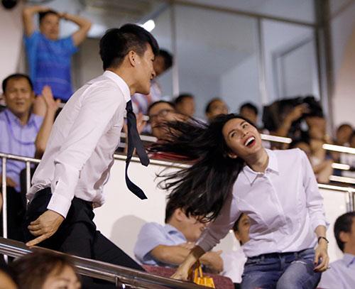 Ca sỹ Thủy Tiên phấn khích, sếp Công Vinh ghi điểm với fan - 3