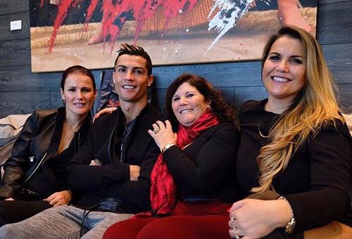 TRỰC TIẾP Cầu thủ xuất sắc nhất FIFA: Messi vắng, cả gia đình Ronaldo dự - 1