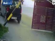 Phi thường - kỳ quặc - Thoát nạn thần kỳ dù bị 2 ô tô tông mạnh nghiến chặt