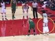 """Trò bẩn NBA: Tụt quần """"yểm bùa"""" khiến đối thủ hỏng ăn"""