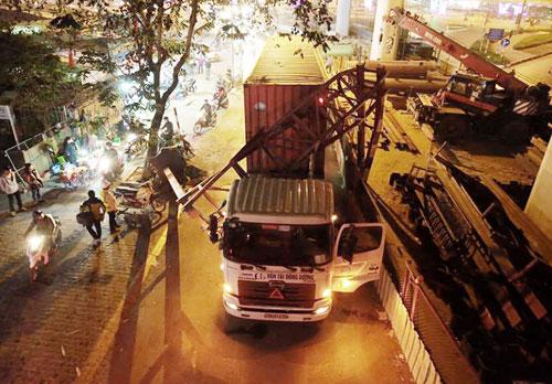 Container húc bay biển hạn chế chiều cao, giao thông tê liệt - 1