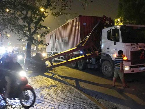 Container húc bay biển hạn chế chiều cao, giao thông tê liệt - 3