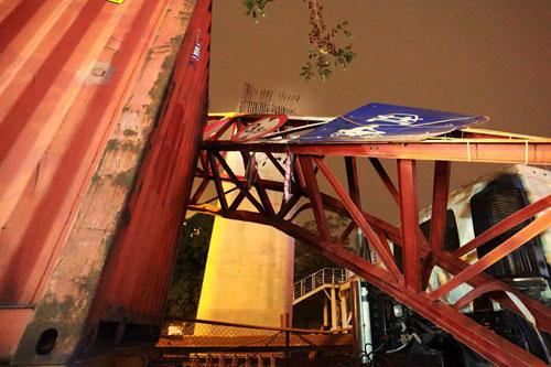 Container húc bay biển hạn chế chiều cao, giao thông tê liệt - 2