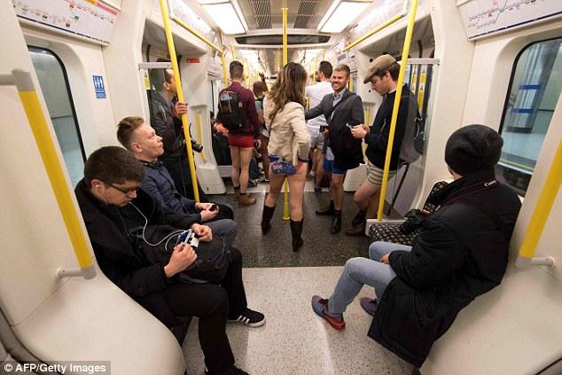 Kỳ khôi nam thanh nữ tú thản nhiên không mặc quần ở Anh - 3