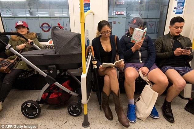 Kỳ khôi nam thanh nữ tú thản nhiên không mặc quần ở Anh - 5