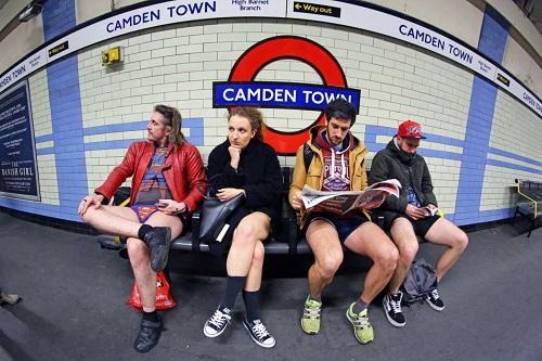 Kỳ khôi nam thanh nữ tú thản nhiên không mặc quần ở Anh - 1