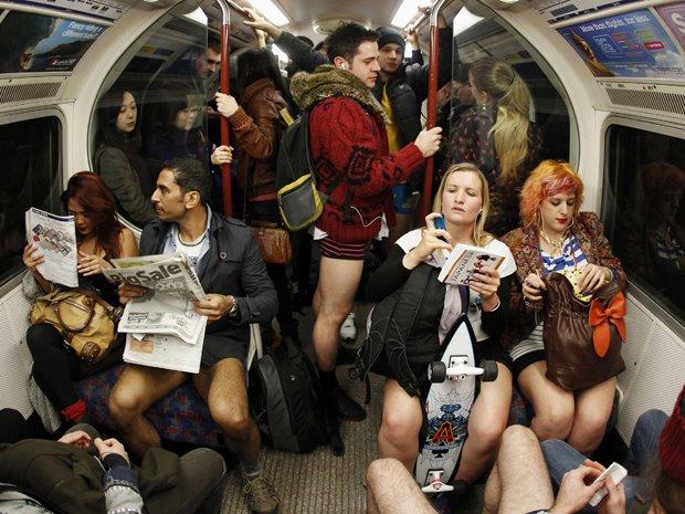 Kỳ khôi nam thanh nữ tú thản nhiên không mặc quần ở Anh - 7