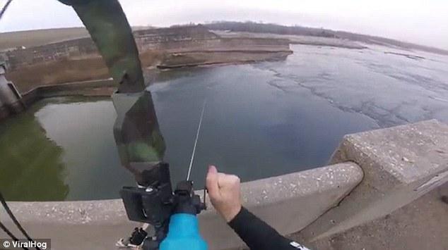 Không tưởng: Bắn cung tên cách xa 15m để bắt cá hồi - 1