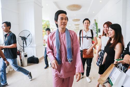 Hoài Linh ngồi xế sang, mang dép lê đi họp báo - 3