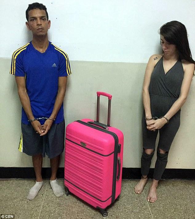 """Venezuela: Vợ mang vali vào tù """"nhét"""" chồng kéo ra ngoài - 2"""