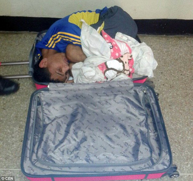 """Venezuela: Vợ mang vali vào tù """"nhét"""" chồng kéo ra ngoài - 1"""