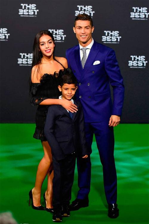 """Quý tử nhà Cristiano Ronaldo quá bảnh và """"gây sốt"""" - 2"""