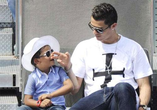 """Quý tử nhà Cristiano Ronaldo quá bảnh và """"gây sốt"""" - 8"""