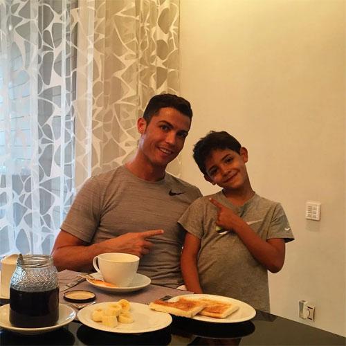"""Quý tử nhà Cristiano Ronaldo quá bảnh và """"gây sốt"""" - 12"""