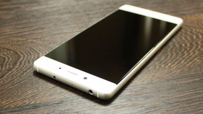 """Nubia Z11 có thiết kế màn hìnhtheo tiêu chuẩn """"không viền màn hình"""". Đây hứa hẹnsẽ là một tiêu chuẩn mới của xu hướng smartphone trong những năm tiếp theo.Màn hình nàyđược trang bị tấm nền IPS vớimặt kính cong 2.5D, có tỉ lệ hiển thị đạt 81%."""