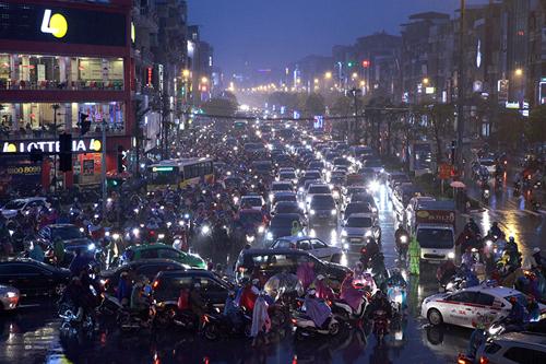 """HN: Mưa tầm tã giữa mùa đông, đường phố ùn tắc """"nghẹt thở"""" - 1"""