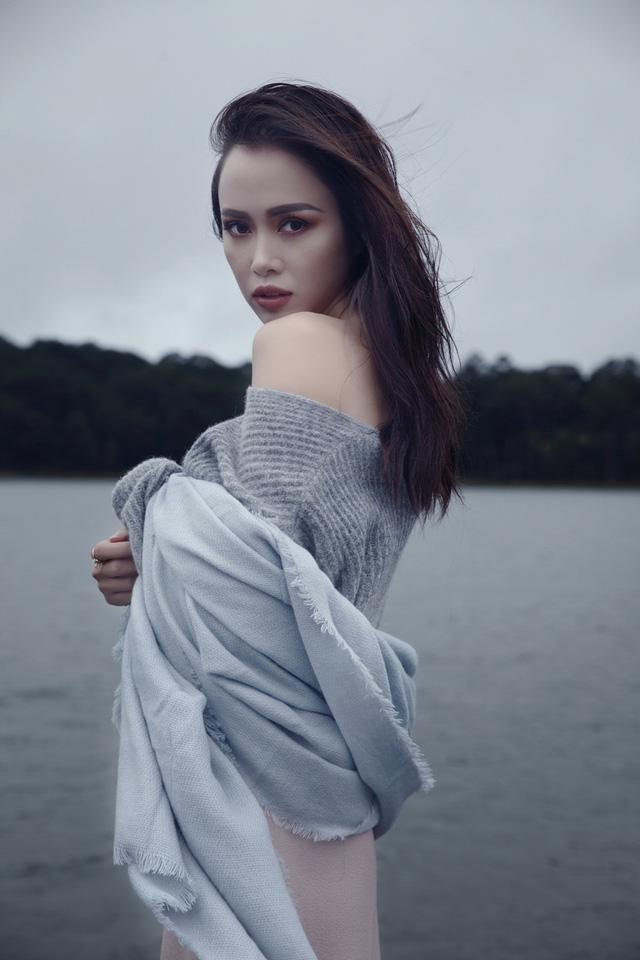 Vũ Ngọc Anh thả vai trần gợi cảm giữa Đà Lạt mờ sương - 1