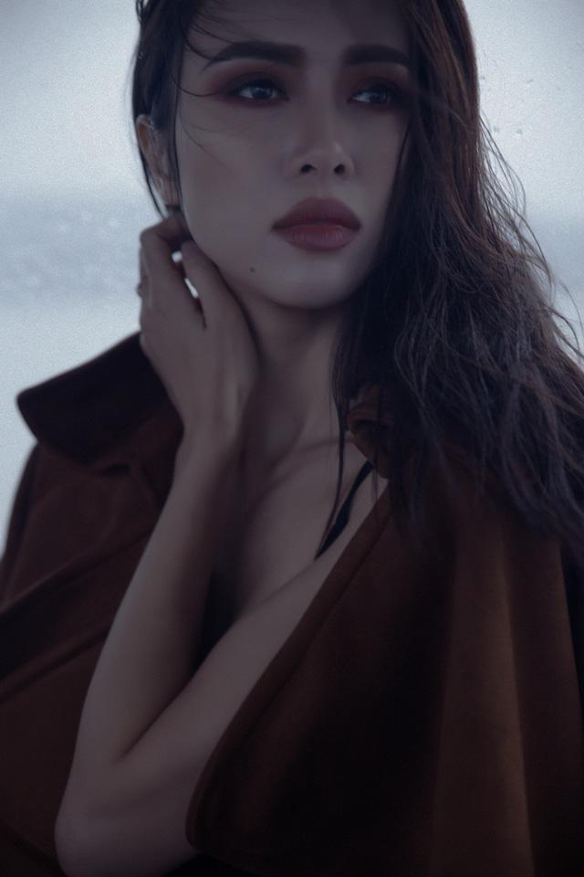 Vũ Ngọc Anh thả vai trần gợi cảm giữa Đà Lạt mờ sương - 11