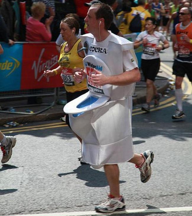Không cần chạy chỉ cần trang phục thế này là giải nhất rồi.