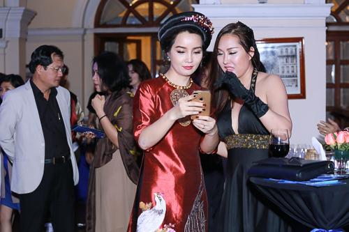 """Phi Thanh Vân mặc mốt """"không nội y"""" lấn át Mai Thu Huyền - 4"""