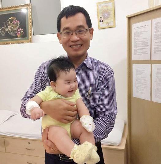Bế con từ Campuchia sang Việt Nam mổ dị tật vòng nhẫn bẩm sinh - 1