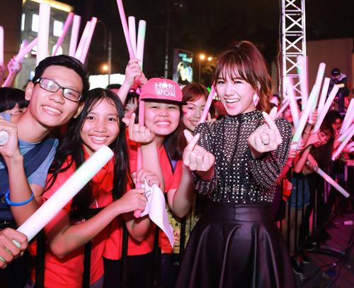 Bạn gái Hồ Quang Hiếu hờ hững nội y trước hàng ngàn khán giả - 5