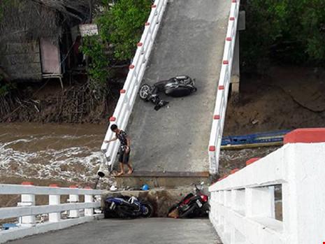 Sà lan tông sập cầu Cái Trăng, người và xe rơi tự do - 1