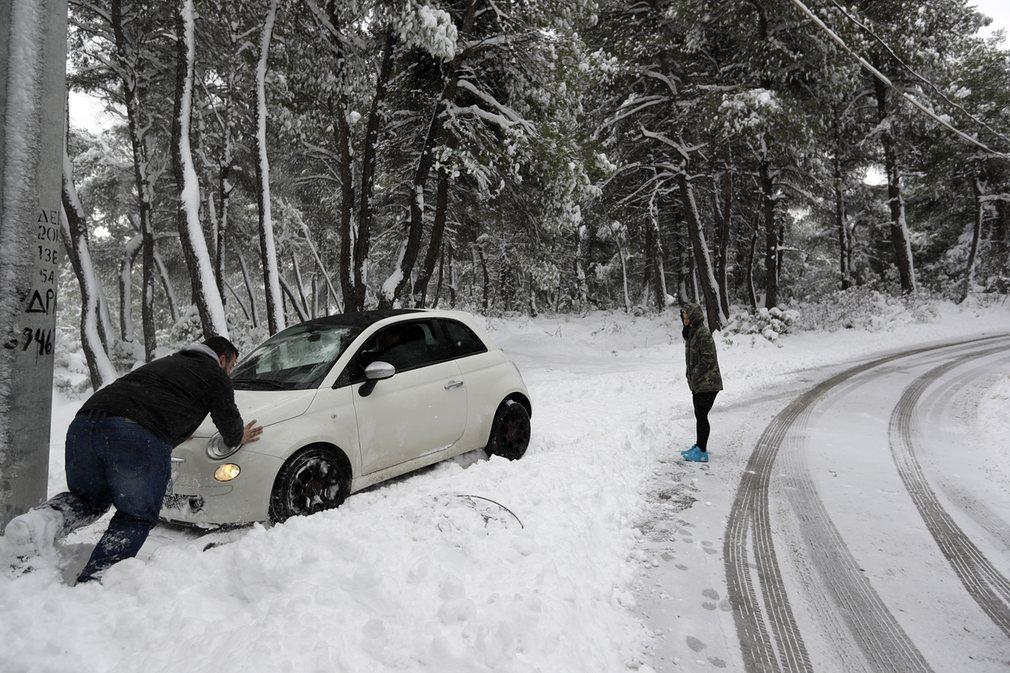 Ảnh: Tuyết buốt giá kì vĩ phủ trắng châu Âu - 9