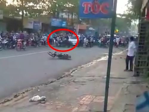 Clip: Trâu nổi điên giữa đường, húc loạt ô tô, xe máy - 2
