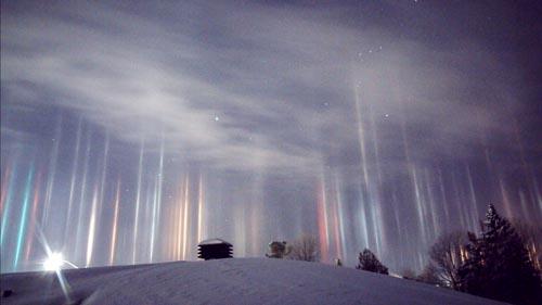 Những cột sáng kỳ ảo xuyên qua bầu trời đêm ở Canada - 1